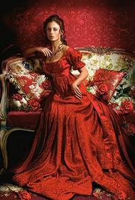 Красавица в червена рокля -