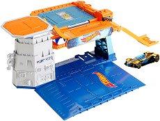 """Писта - Sky-Base Blast - Комплект с количка от серията """"Hot Wheels """" - играчка"""