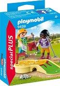 Деца играят мини голф -