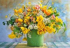 Пролетни цветя в зелена ваза -
