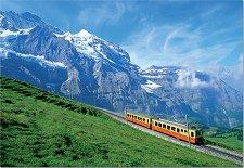 Влак покрай планините -