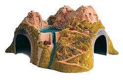 Тунел в скала с езеро -
